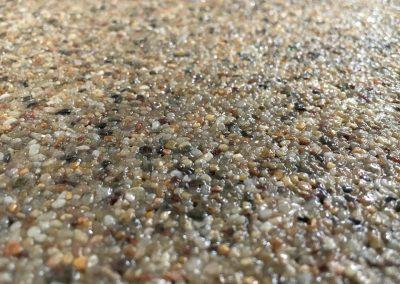 Χαλαζιακή φυσική πέτρα για επιφάνειες περιβάλλοντα χώρου, πιο οικονομική τιμή στις φυσικές - γήινες αποχρώσεις σε σύγκριση με τις έγχρωμες πέτρες, ιδανική για μεγάλα τετραγωνικά μέτρα