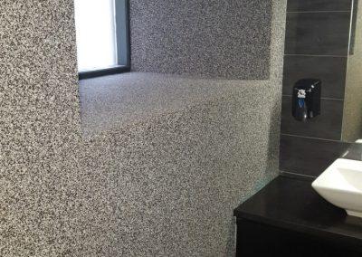 Χαλαζιακή επένδυση τοίχου σε τουαλέτα καφετέριας